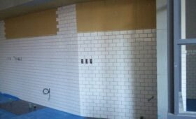 壁のタイル貼りです