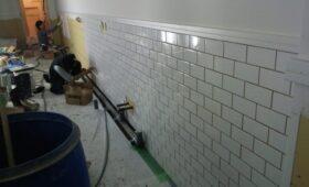 壁にボンドを塗りながら貼りだします