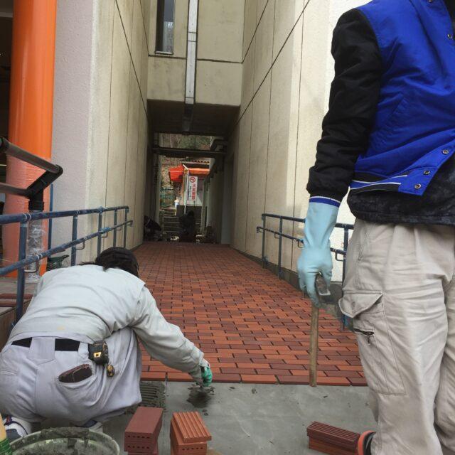 大学構内床面タイル貼り