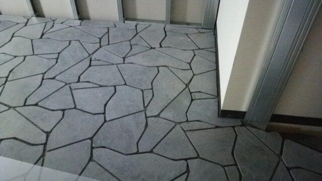 乱形のタイルで床面施工