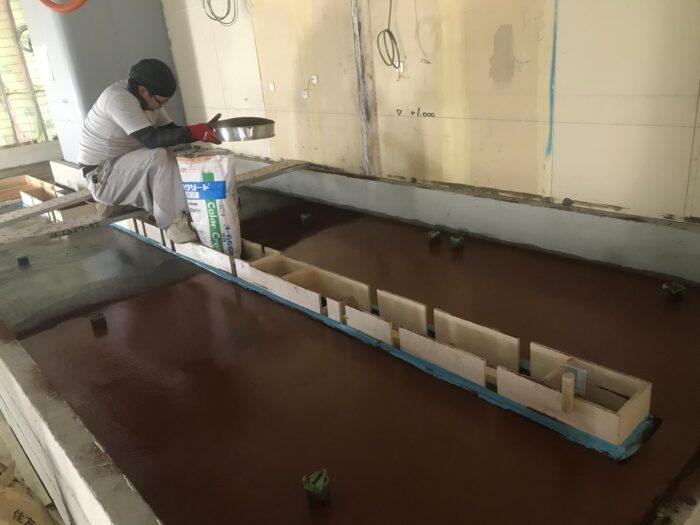 曲線のある厨房の組積工事